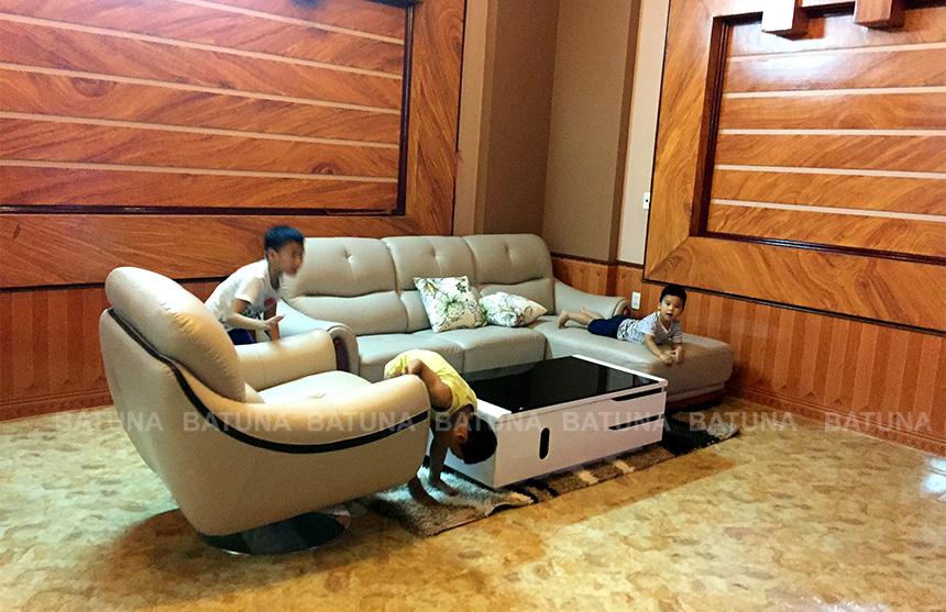 Gia đình chị Thủy ngiệm thu sản phẩm sửa ghế sofa tại nhà
